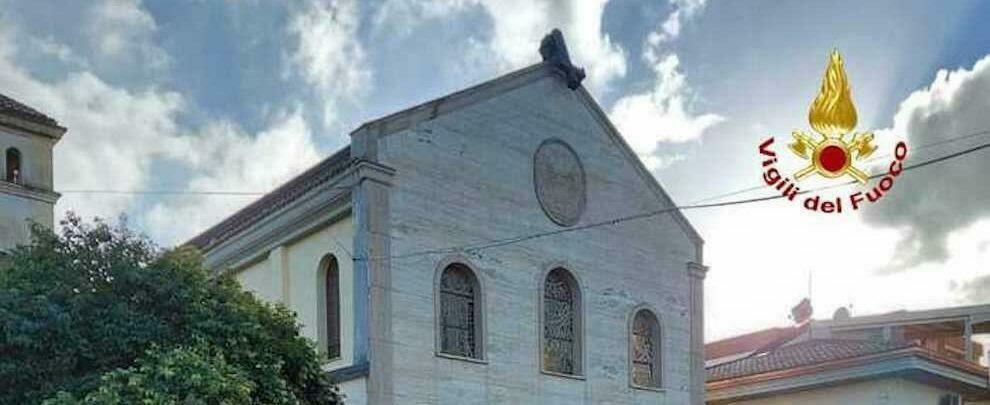 Maltempo in Calabria: croce di una chiesa divelta a causa del forte vento