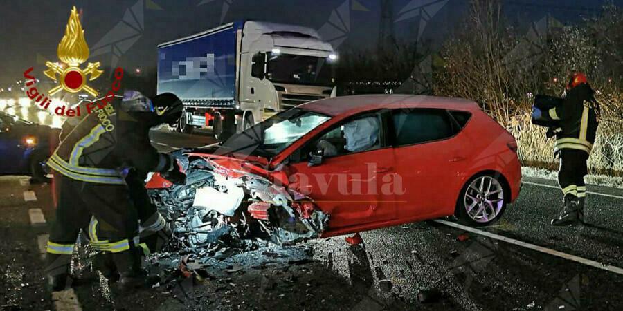 Incidente frontale fra tre auto. Ferito gravemente un uomo