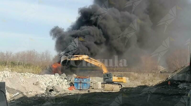 Incendio a Caulonia, sotto al ponte Allaro