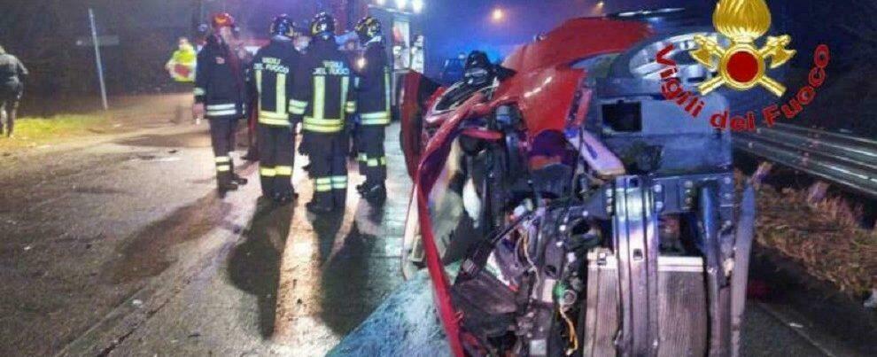 Grave incidente stradale, un morto e due feriti