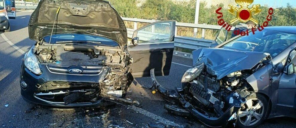 Tremendo frontale tra due auto, due giovani finiscono al pronto soccorso