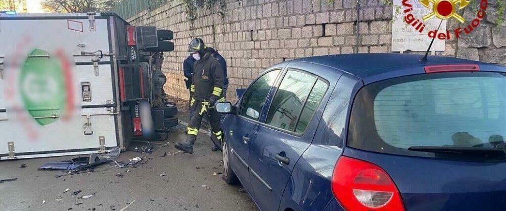 Violento schianto tra due veicoli, furgone si ribalta