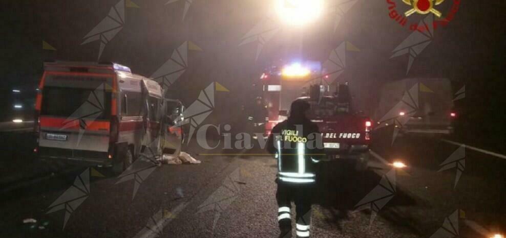 Scontro tra un'ambulanza e un mezzo pesante. I vigili del fuoco estraggono il medico rimasto incastrato