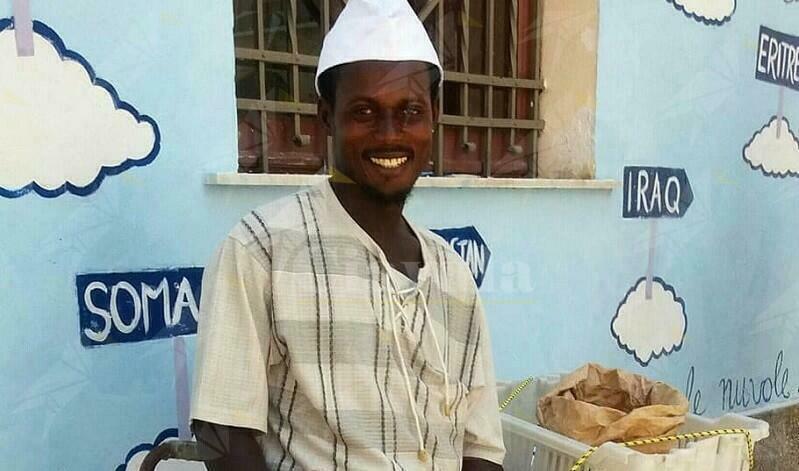 Daniel dona alle famiglie bisognose di Riace una parte dei soldi della raccolta fondi