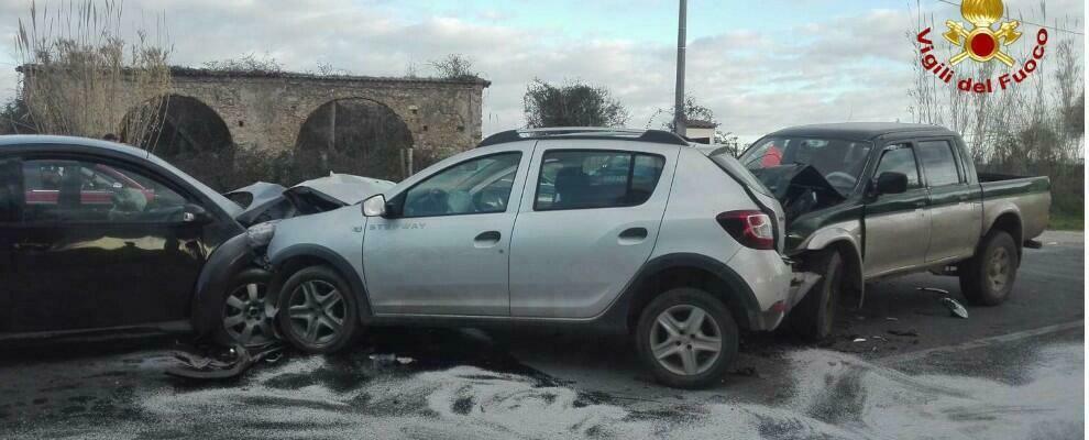 Violento incidente stradale in Calabria, tre auto coinvolte