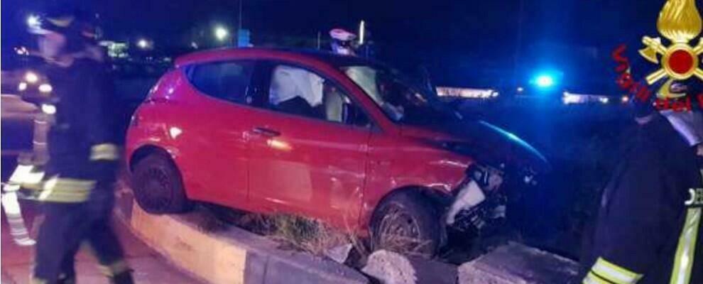 Incidente sulla Statale 106, auto finisce contro un lampione: due feriti