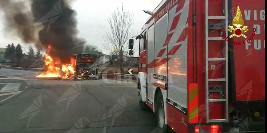Autobus di linea in fiamme, ecco le terrificanti immagini