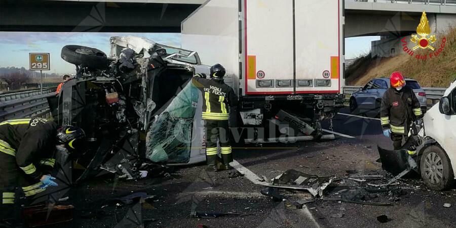 Terrificante incidente stradale, coinvolti 5 mezzi