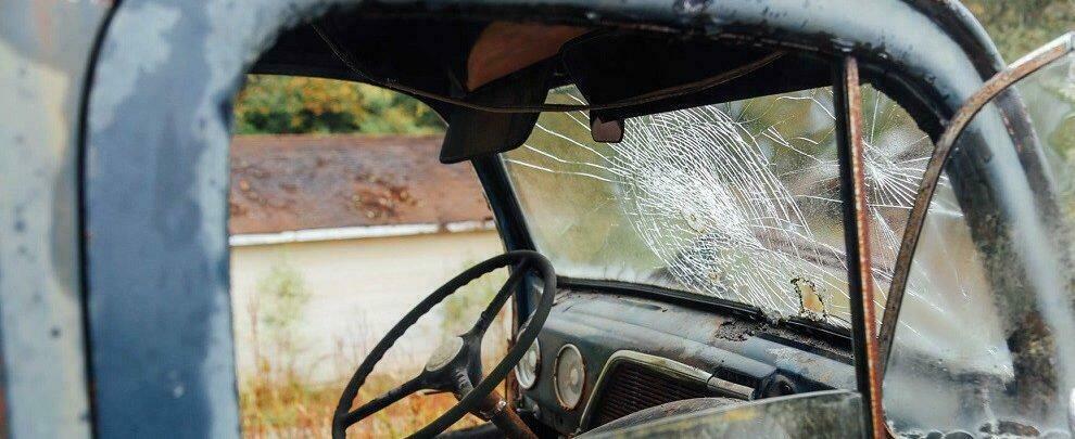 Scoperta una discarica abusiva di automezzi in pieno centro a Gioia Tauro