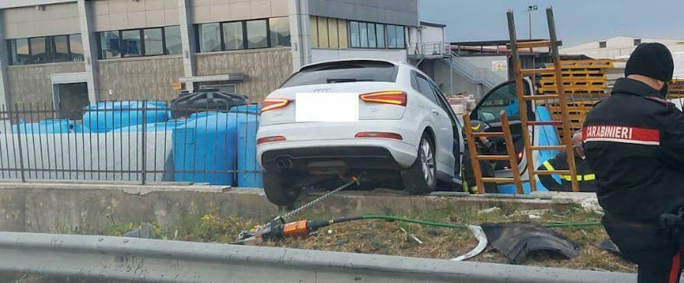 Schianto tra due auto sulla Statale 106, 3 persone rimaste ferite