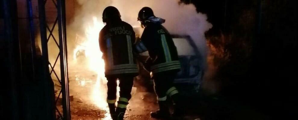 Auto in fiamme nella notte, intervengono i vigili del fuoco