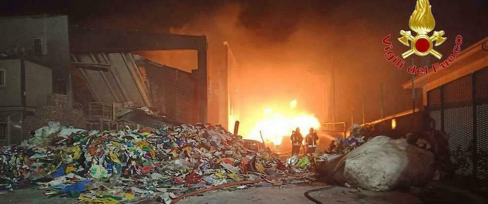 In fiamme una discarica comunale nel vibonese, intervengono i vigili del fuoco