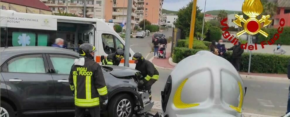 Schianto tra due auto a Crotone, feriti i conducenti