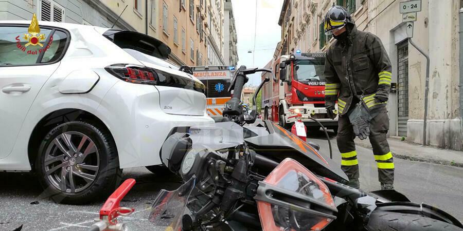 Incidente tra auto e motorino. Ha la peggio il conducente del motociclo