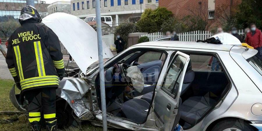 Violento scontro fra due auto, ferita una donna