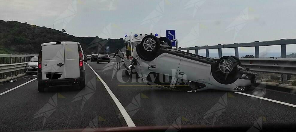 Incidente stradale all'altezza di Gioiosa. Coinvolte due automobili, una si ribalta