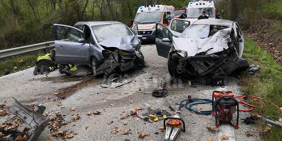 Terrificante scontro frontale tra due auto