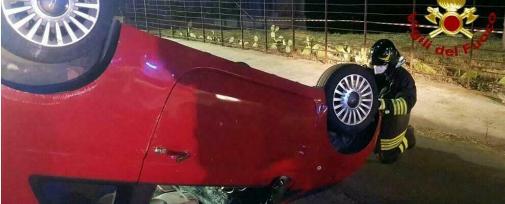 Incidente stradale, due ragazzi restano incastrati nell'auto ribaltata