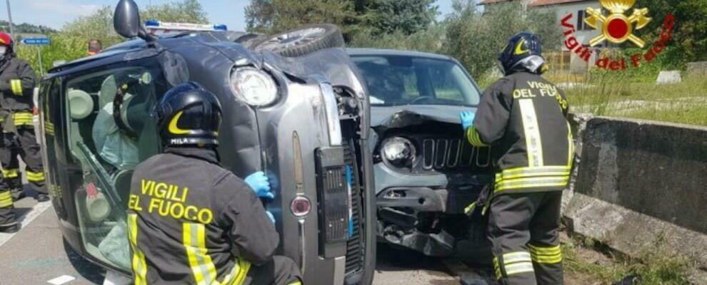 Incidente stradale tra due auto, una si ribalta