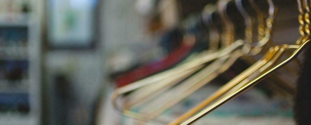 Gioia Tauro, beccati a rubare vestiti e costumi da bagno in un negozio: cinque minorenni denunciati