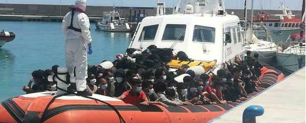 Roccella Jonica, quasi 300 migranti stipati in un peschereccio salvati dalla guardia costiera