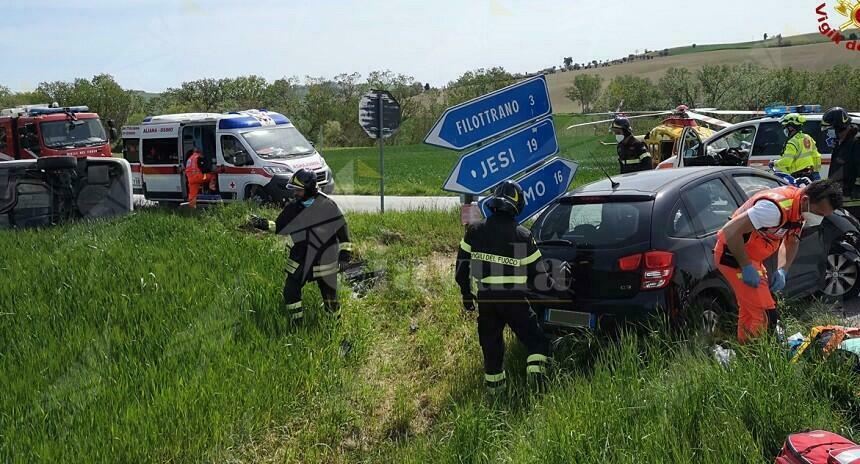 Incidente stradale tra due auto, una si ribalta in un campo agricolo