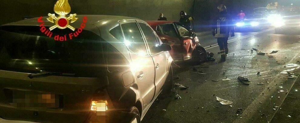 Incidente frontale in galleria: 3 feriti e traffico in tilt