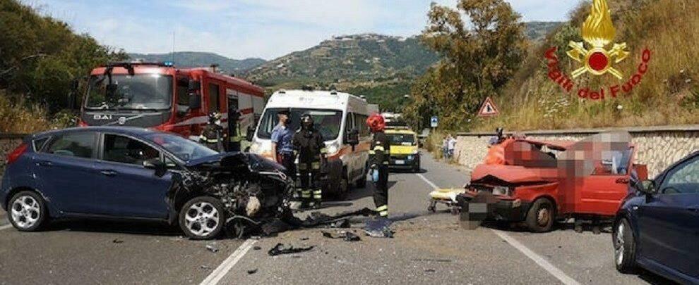Incidente stradale sulla  S.S. 106, tre persone ferite