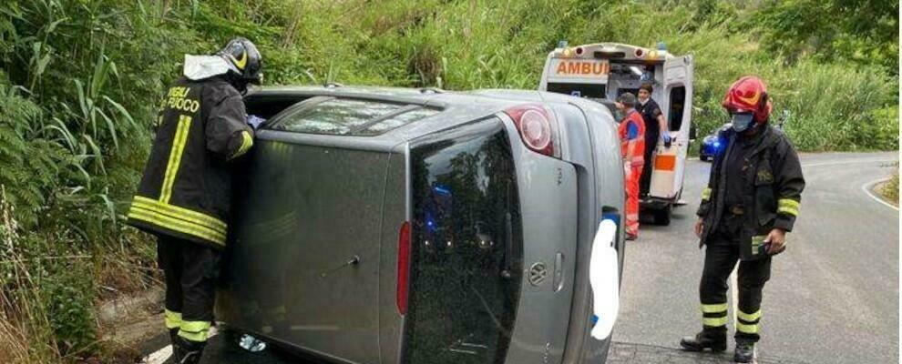 Incidente stradale nel Vibonese, il conducente rimane incastrato nell'auto ribaltata