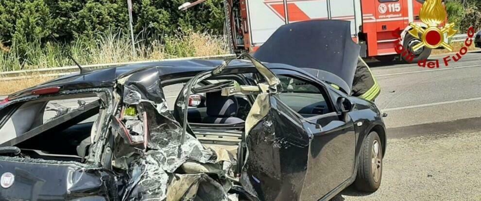 Schianto tra auto e furgone sulla Statale 106: due feriti