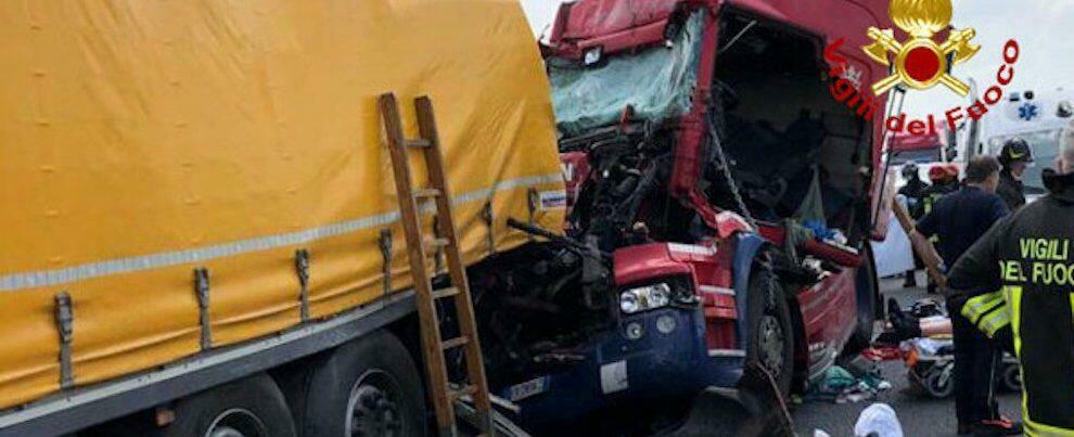 Incidente mortale in autostrada: coinvolti 3 camion e un'auto