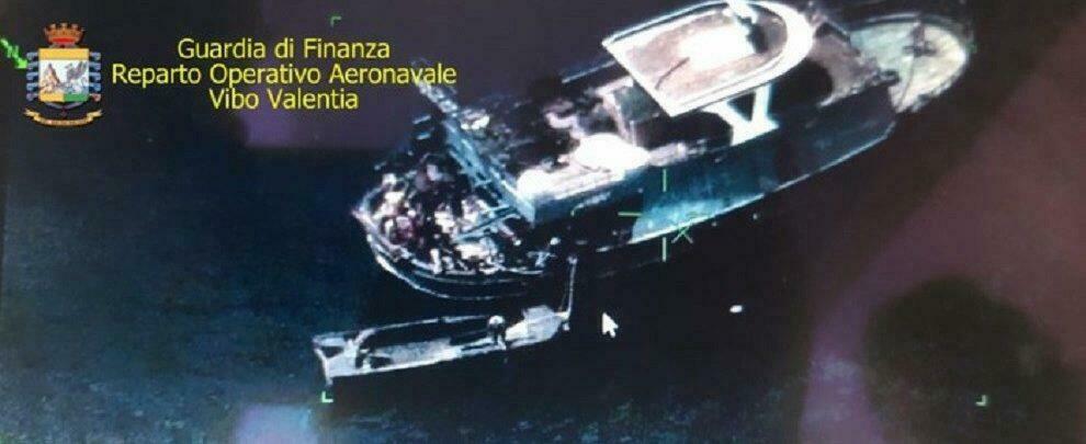 Sbarco 37 migranti a Roccella Jonica, fermati 8 scafisti in acque internazionali