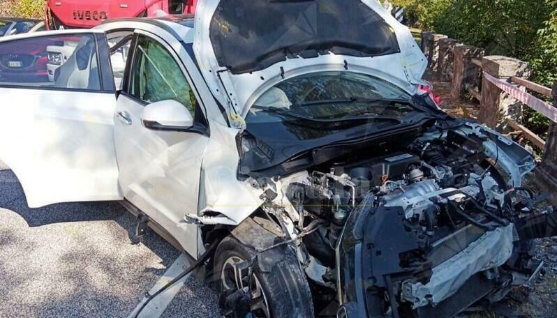 Perde il controllo dell'auto e si schianta contro il guard rail, 3 feriti