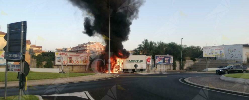 Camion in fiamme a Caulonia