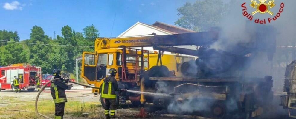 Incendio in un'officina nel cosentino, diversi mezzi distrutti