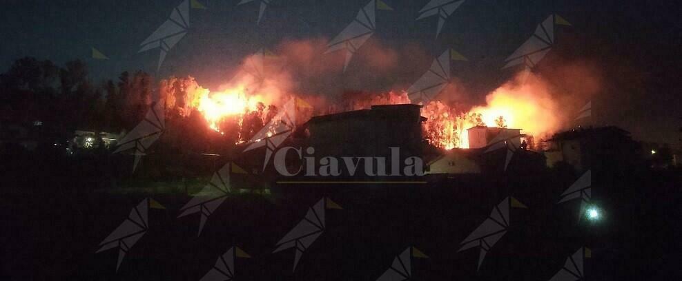 Caulonia: Vasto incendio in via Ente Sila nella notte