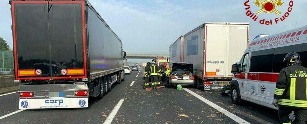 Scontro tra auto e un camion in autostrada, due feriti