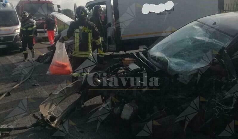 In Calabria impatto tra un furgone e un'auto. I vigili del fuoco estraggono uomo dalle lamiere