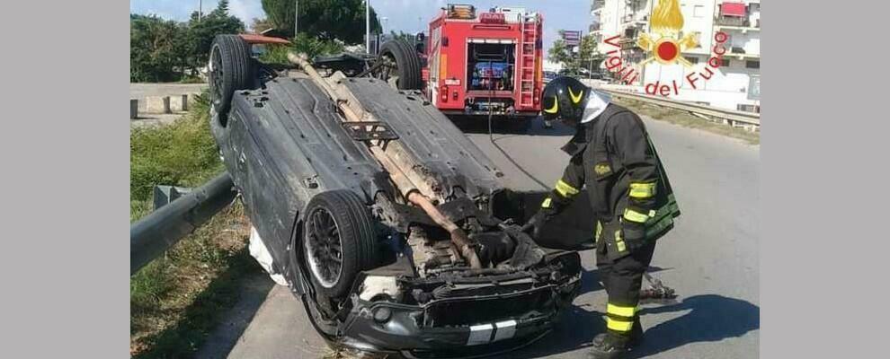 Violento scontro tra due auto nei pressi della A2. Quattro feriti e auto ribaltata