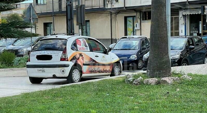 Caulonia, auto blocca piazza Bottari